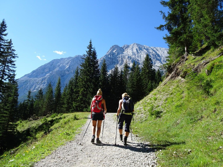 Wandertour um die Zugspitze in Bayern Deutschland und Tirol Österreich